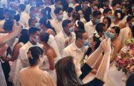 மாஸ்க் அணிந்து முத்தமிட்டுக்கொண்ட நூற்றுக்கணக்கான மணமக்கள்
