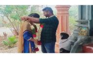 மிளகாய்பொடி, அரிவாளுடன் வந்த பெண் வீட்டினர்: சினிமா பாணியில் நடைபெற்ற சம்பவம்