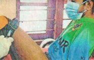 கொரோனா தடுப்பூசியை காலில் செலுத்திக் கொண்ட வாலிபர்
